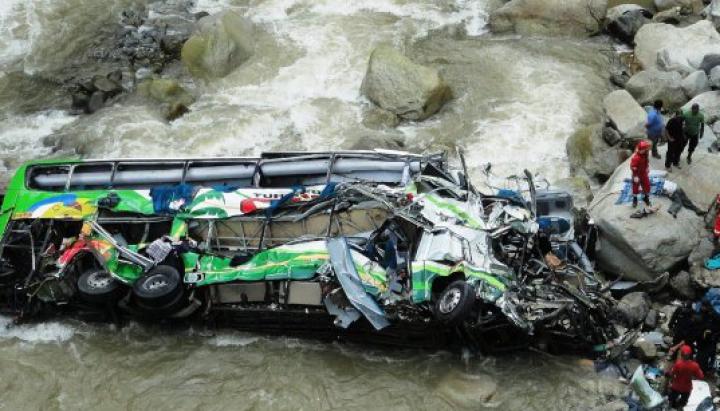 В Китае автобус упал в реку: 10 человек погибли