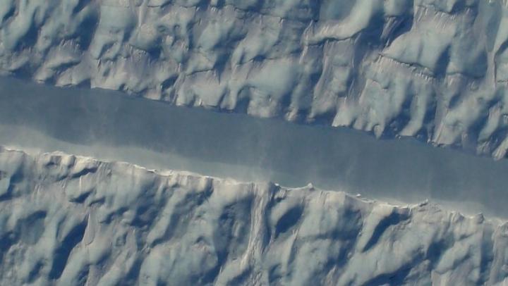 Исследователи NASA обнаружили загадочную трещину в ледяном покрове Гренландии