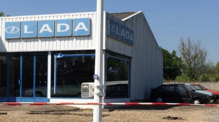 Во Франции обнаружили заброшенный автосалон LADA с раритетными авто