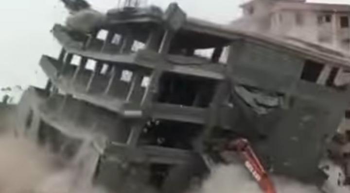 Видео: В Китае сносимый дом рухнул на экскаватор