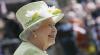 Елизавета II прокатилась в церковь за рулем Jaguar