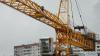 В Красноярске башенный кран упал на жилой дом