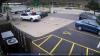 Женщина запрыгнула на капот машины, чтобы помешать угонщику: видео