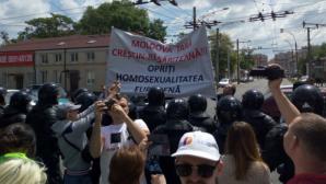 """Противники ЛГБТ-сообщества перекрыли дорогу участникам парада """"Без страха"""""""