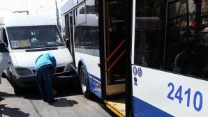 ДТП в столице: маршрутка столкнулась с троллейбусом