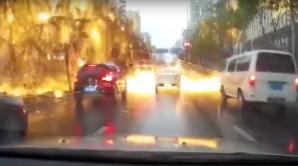 """Видео: Удар молнии вызвал """"огненный дождь"""" на оживлённой улице в Китае"""