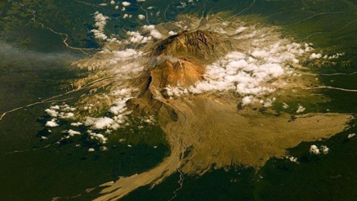На Камчатке введен «красный» код опасности: пепел от вулкана поднялся на девять километров