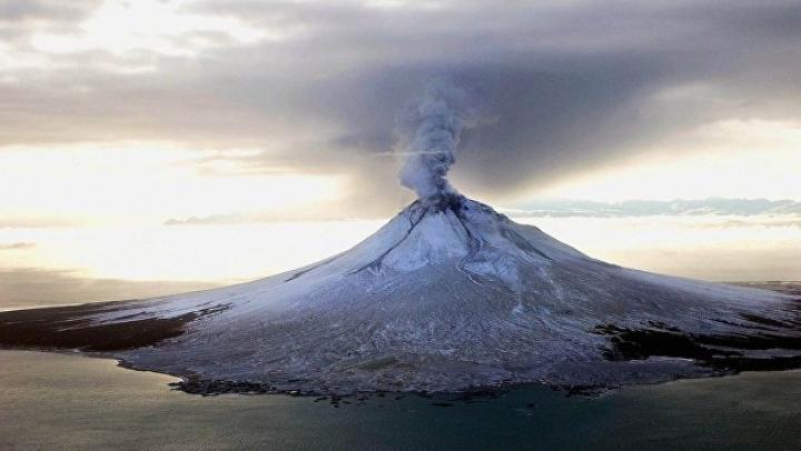Вулкан Богослов на Аляске выбросил пепел на высоту 13 км
