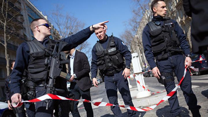 В штабе Макрона назвали причину эвакуации перед Лувром