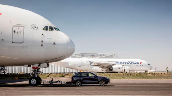 Porsche Cayenne отбуксировал 285-тонный самолет Airbus A380