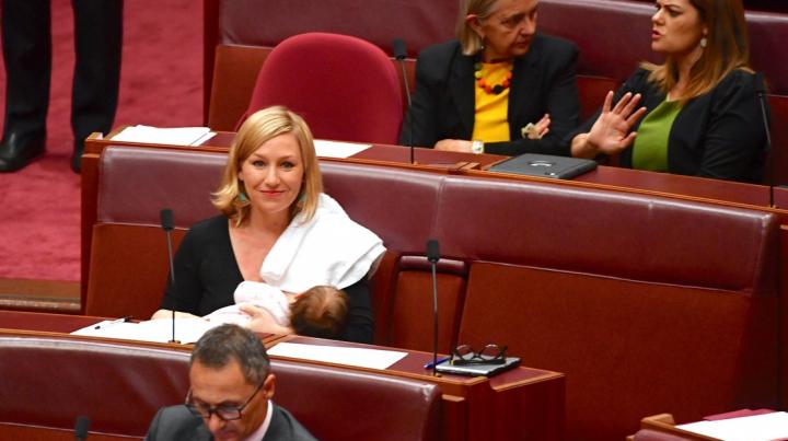Политик впервые покормила грудью ребенка в парламенте Австралии