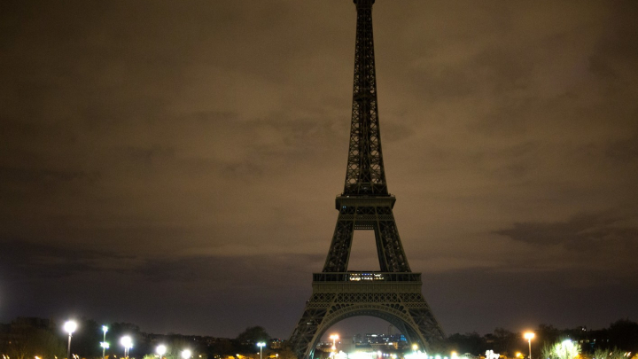 Огни на Эйфелевой башне погасли в память о жертвах теракта в Египте