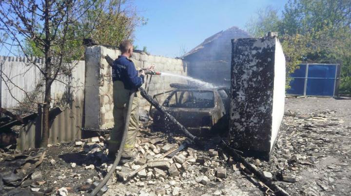 В Луганской области мужчина поджег дома соседей и застрелился