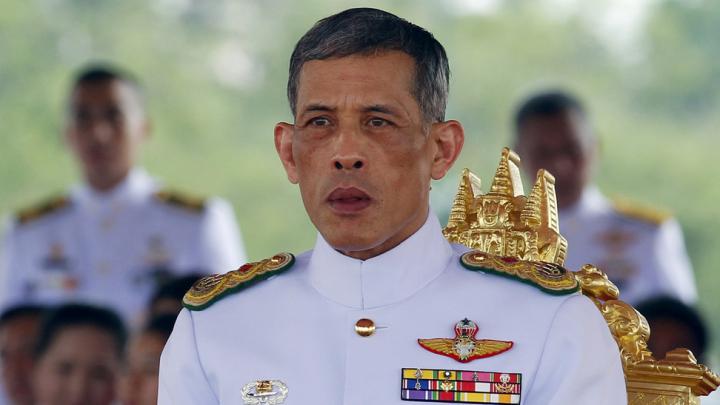 Facebook заблокировал видео с королем Таиланда в майке и с тату