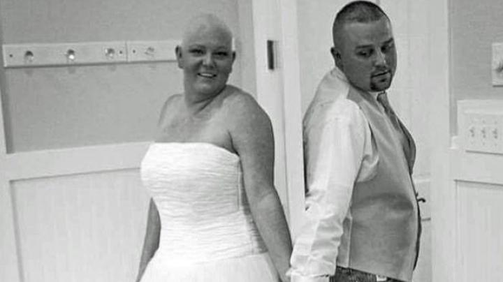 Вместо букета невеста, которая борется с раком, бросила подругам парик