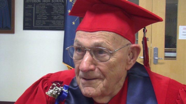 Ветеран Второй мировой исполнил мечту спустя 71 год, получив школьный аттестат