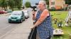 Предприимчивая бабушка наводит порядок на дороге с помощью фена