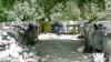 Сторонники социалистов принесли к офису Либеральной партии мешки с мусором