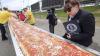 Американцы испекли самую длинную в мире пиццу