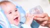 Отец, придумавший необычный способ накормить сына молоком, стал звездой Сети
