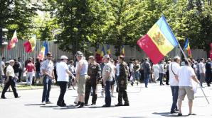 Очевидцы сняли на видео микроавтобусы, в которых протестующих привезли в Кишинёв