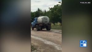 Водитель ассенизаторской машины из Унген слил нечистоты прямо на дорогу