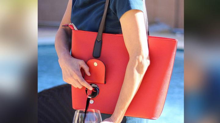 Дизайнеры создали сумочку для леди, которые не прочь выпить