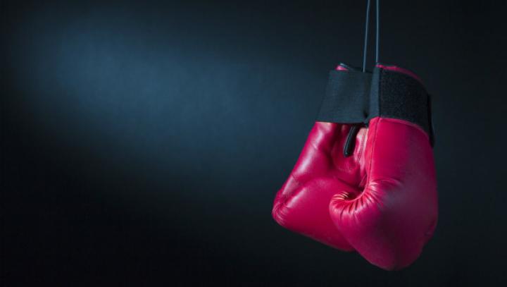 Видео: Болельщики избили кикбоксера на ринге после его победы