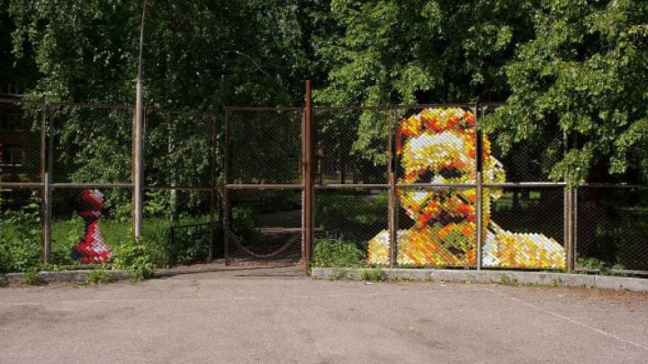 Уличный художник создал портрет Максима Горького из скотча