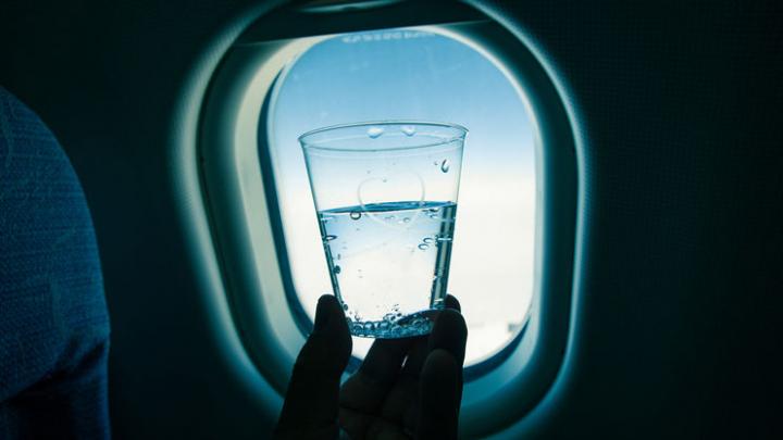 Стюардессы назвали напиток, который не следует пить в самолете
