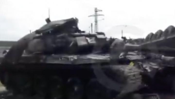 В Дагестане перевернулась фура, перевозившая боевой танк