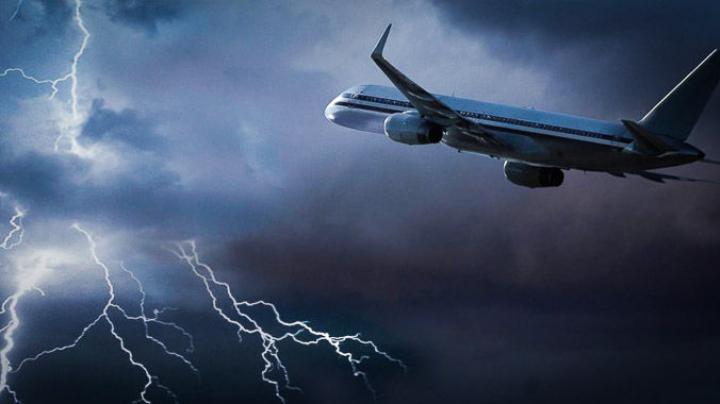 Молния ударила в самолет, летевший из Стамбула в Тбилиси