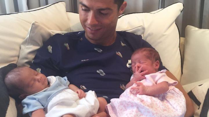 Криштиану Роналду показал своих новорождённых близнецов