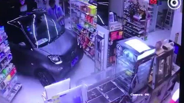 Ленивый китаец аккуратно заехал в магазин на автомобиле