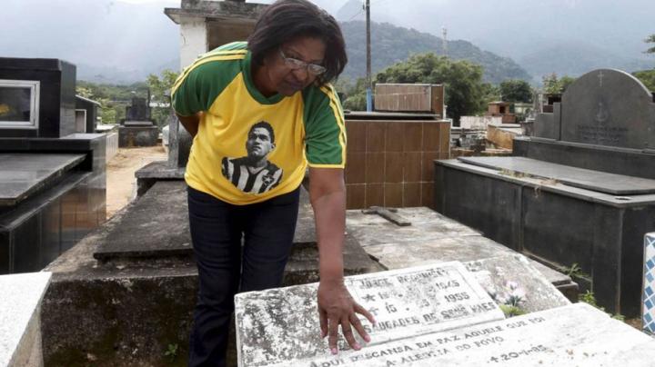 Останки легендарного футболиста Гарринчи пропали с кладбища