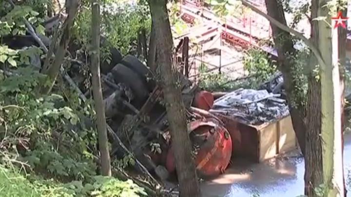 Видое: КамАЗ упал с моста в Москву-реку