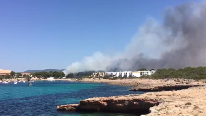 Видео: Сильнейший пожар произошел на Ибице