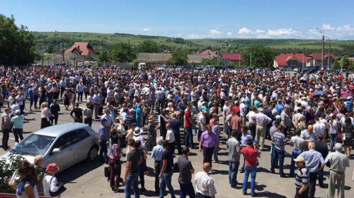 Тысячи человек вышли на митинг и требуют изменения избирательной системы