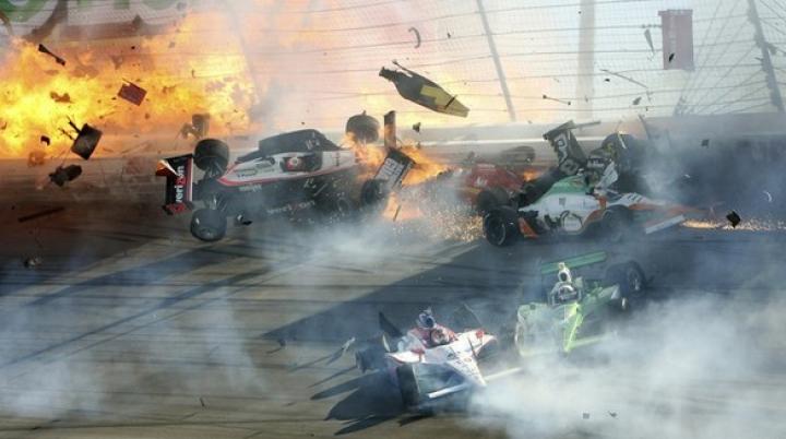 На этапе гонок Индикар в Техасе в аварию попали девять машин