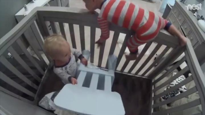 Видео: малыш устроил побег брата из колыбели