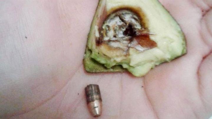 В фермерском магазине покупательнице попался авокадо с боевым патроном