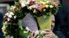 Трое мужчин забросали бутылками цветочный магазин ради двух букетов