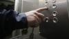 Видео: Вежливый насильник помог жертве войти в лифт перед нападением
