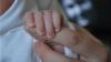 Британские врачи получают угрозы из-за неизлечимо больного младенца