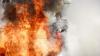 На пожарищах, где сгорели ветки и бревна, остались тлеющие участки
