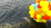 Видео: Жених, пытавшийся перелететь Днепр на воздушных шариках упал в реку