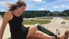 Девушка доказала, что счастливо путешествовать можно и с одной ногой