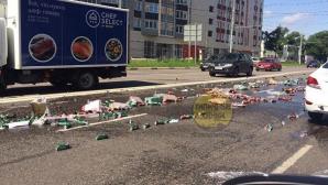 В Подмосковье улицу залило пивом, выпавшим из грузовика