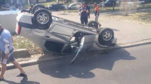 В столице водитель легковушки не справился с управлением и вылетел на бордюр