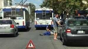 В столице мужчина выпал из троллейбуса